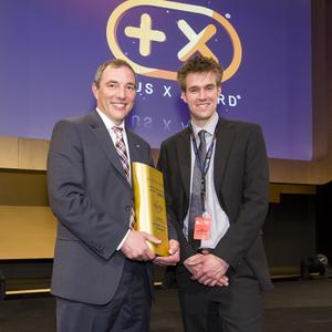 Bühnenreif: Andreas Marx (links), Direktor Marketing Opel Deutschland, bekommt den Plus X Award von Laudator und Jury-Chef Timm Sandmeyer © GM Company