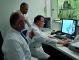 Prof. Dr. Bernd Tomandl und Prof. Dr. Norbert Sommer (v.l. sitzend), Dr. med. Tibor Mitrovics, Oberarzt der Klinik für Radiologie und Neuroradiologie im Klinikum Christophsbad
