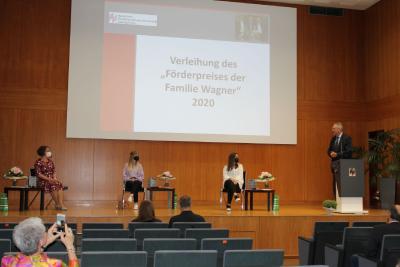 (v.l.): Barbara Kolbinger, Annika Kohler und Elena Sismani beim Grußwort von Preisstifter Dr. Dieter Wagner