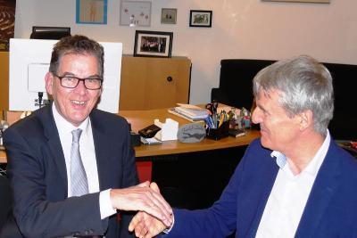 Bundesentwicklungsminister Dr. Gerd Müller (links) und Andreas Schöfbeck, Vorstand der BKK ProVita (rechts)