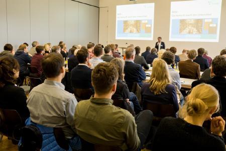 Die Resonanz war groß: Mehr als 100 Gäste nahmen teil, darunter Architektinnen und Architekten sowie Vertreterinnen und Vertreter von ausführenden Unternehmen und aus der Wissenschaft
