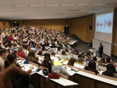 Herr Burkhard Kieker spricht im gut gefüllten Audimax; Foto/J. Jeske