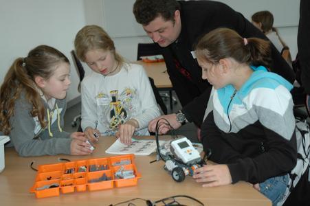 Beim Girls' Day 2012 an der Hochschule Osnabrück konnten Schülerinnen einen Roboter zusammenbauen