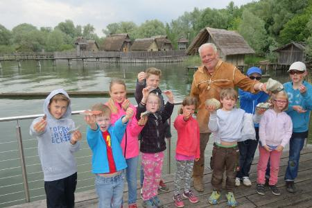 Museumsmitarbeiter machen die Geschichte der ersten Bauern und Fischer am Bodensee lebendig / Copyright: Pfahlbaumuseum Unteruhldingen
