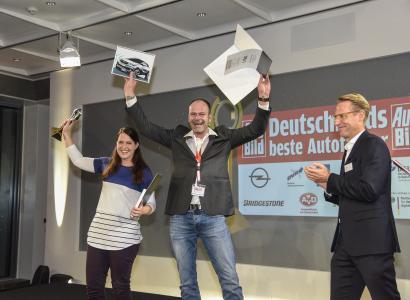 """So sehen Sieger aus: Carmen Mayer ist """"Deutschlands beste Autofahrerin 2017"""", Jens-Christof Stümpel sicherte sich den Titel bei den Herren. Christian Löer, Direktor Marketing Opel Deutschland, beglückwünschte die Beiden zum Erfolg (v.l.n.r.)"""