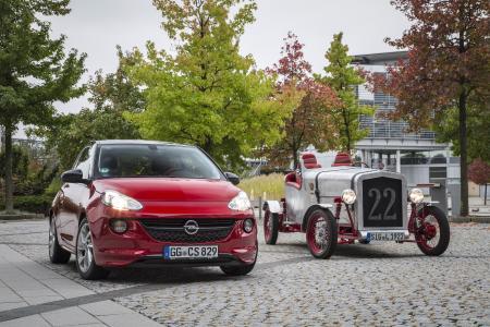 Rot trifft Silber: Opel ADAM und Loryc Electric Speedster am Firmenstammsitz in Rüsselsheim