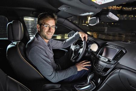 You'll never walk alone: Die neue Kampagne mit Opel-Markenbotschafter Jürgen Klopp beschreibt die Vielzahl von Hightech-Innovationen, die Opel mit dem Mittelklasse-Modell Insignia breiten Käuferschichten zugänglich macht  © GM Company