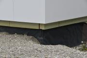 Fundamentabdichtung, Wärmedämmung der Außenwand und vorgehängte hinterlüftete Fassade: Drei Beispiele auf einen Blick für das Dachdecker-Engagement für den Klimaschutz.