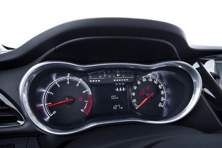 Hochwertiges Cockpit: Der neue Opel KARL mit gut ablesbaren und in Chrom gefassten Instrumenten, © GM Company