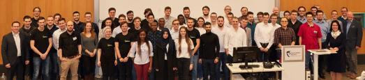 Sechs Teams und ein engagiertes Professorenteam zeigen bei der Abschlusspräsentation des Teamorientierten Projekts mit sechs innovativen Projekten tolle Ergebnisse (Foto: Hochschule Worms)