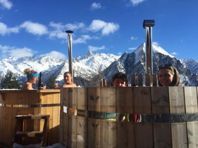 Winterlicher Aperitif im Holzfass
