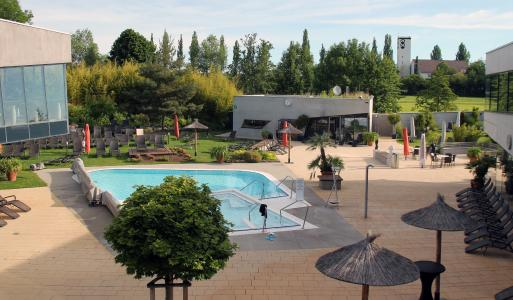 """Thanks to its large sauna garden with a sunbathing lawn as well as cold- and warmwater pool, the spa area of the """"Fildorado"""" is also very attractive in summer / Photo: KLAFS GmbH & Co. KG"""