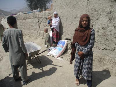Eine Flüchtlingsfamilie hat Lebensmittelhilfe von Shelter Now bekommen.
