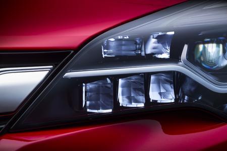 Opel IntelliLux LED aus: Das aus 16 Elementen – acht auf jeder Fahrzeugseite – bestehende neue Voll-LED-Matrix-System passt die Länge des Lichtstrahls und die Verteilung des Lichtkegels automatisch und kontinuierlich jeder Verkehrssituation an