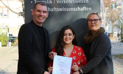 Die diesjährige DAAD Preisträgerin Paola Jimenez, freut sich über den Preis und wird damit ihre Netzwerkarbeit ausbauen. v.li.: Joachim Mayer, Paola Jimenez, Susanna Ripp / Foto/Hochschule Worms