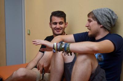 Junge Sprachpaten mit ihren Sprachpartnern im Gespräch. Foto: obx-news/Gemeinsam leben und arbeiten in Europa e.V.