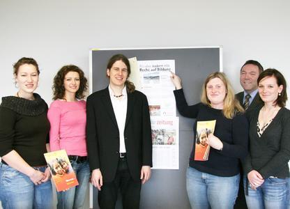 Glückliche Spender: Prof. Jürgen Franke (2.v.r.) und Studierende.