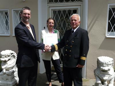 Bürgermeister Dr. Rüdiger Storch gratuliert der Beneke Zweitmarkt AG, vertreten durch die Vorstände Herrn Dipl.-Ing. Wilfried Beneke und Frau Andrea Beneke zur erfolgreichen Zertifizierung durch die DEKRA Certification GmbH.