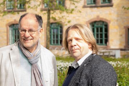 Neu an der Hochschule Osnabrück: Christian Müller-Hergl (links) und Detlef Rüsing leiten seit April das Dialogzentrum Leben im Alter, das unter dem Dach des Deutschen Netzwerks für Qualitätsentwicklung in der Pflege (DNQP) auf dem Caprivi-Campus angesiedelt ist. Foto: Hochschule Osnabrück/ Isabelle Diekmann
