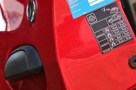 Informationen zum Reifendruck befinden sich meist auf dem Türholm. In Neuwagen warnt ein Reifendruckkontrollsystem (RDKS) mit Hilfe des Universalsensors IntelliSens bei zu niedrigem Luftdruck.