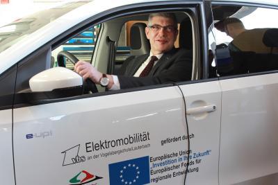 Landrat Manfred Görig in dem Wagen, der dank EU-Mittel angeschafft werden konnte