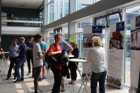 An den Infoständen im Foyer hatten die Bewerberinnen und Bewerber die Möglichkeit, Fragen rund um das Studium an der Hochschule Osnabrück zu stellen.
