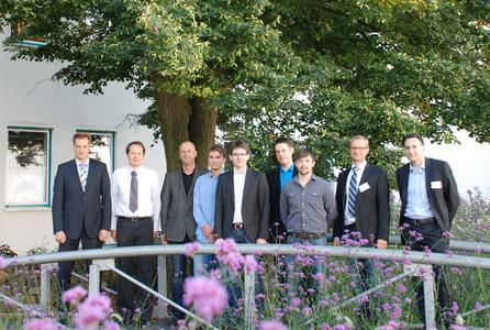 Die Gastgeber der Hochschule Osnabrück, Dekan der Fakultät Ingenieurwissenschaften und Informatik sowie Vizepräsident für Studium und Lehre Prof. Dr. Alexander Schmehmann und der Workshop-Organisator Prof. Dr. Michael Uelschen (von links) mit den Referenten des INDIN-Workshops
