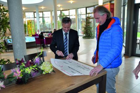 Die Bilder zeigen die Scheckübergabe am 3. Januar im Foyer des Klinikums Christophsbad