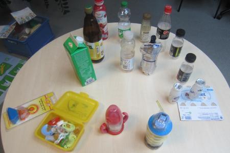 Ein kritischer Blick galt den sogenannten Kinderlebensmitteln, Schnullern und Saugflaschen / Foto: Dagmar König, Vogelsbergkreis