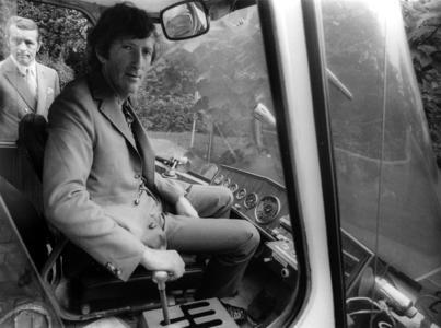Das Foto zeigt Jochen Rindt im August 1970 bei seinem Besuch in Essen am Steuerknüppel des Grugabähnchens. Enge Kontakte bestehen heute noch zu Jochen Rindts Ehefrau Nina. Sie ist nach wie vor regelmäßiger Gast in Essen