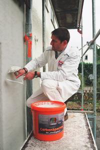 In der Praxis bewährt hat sich das carbonfaserverstärkte WDVS von Caparol. Die Kohlefasern optimieren in qualitativ hochwertigen Bautenschutzprodukten das Abriebverhalten, erhöhen die Schlagfestigkeit und minimieren zugleich den Verschleiß