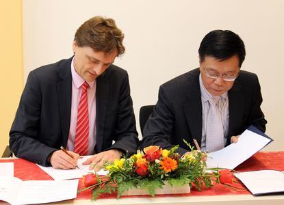 Prof. Dr. Andreas Bertram, Präsident der Hochschule Osnabrück, und Prof. Dr. Sun Haiming, Präsident des Shanghai Institute of Foreign Trade, bei der Unterzeichnung des neuen Kooperationsvertrags