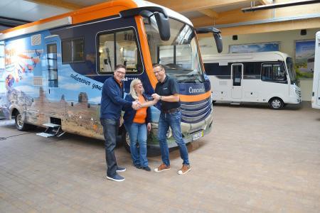 Markus Freitag (rechts) übergibt Brigitte und Achim Reinhold offiziell das neue Peggy Peg Mobil