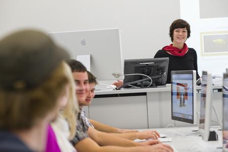 Projektarbeit und Praktika – wie hier im Medienlabor – sind fester Bestandteil der Informatik-Programme an der Hochschule Osnabrück. Sie bereiten Studierende optimal auf den späteren Beruf vor – das bestätigt auch der Praxis-Check 2012