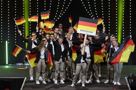 Die Deutsche Berufe-Nationalmannschaft betritt jubelnd die Bühne bei der Eröffnungsfeier der EuroSkills Graz 2021. (Foto: EuroSkills Graz 2021 / Hans Oberlaender)