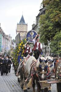 Der große Trachtenauszug mit mehr als 3.300 Teilnehmern in 80 Trachten-, Tanz- und Musikgruppen, Festwägen, Pferdegespannen, Ochsen und Oldtimern am Eröffnungstag (11.8., ab 17.30 Uhr) ist auch in diesem Jahr einer der Höhepunkt.  Foto: Fotowerbung Bernhard
