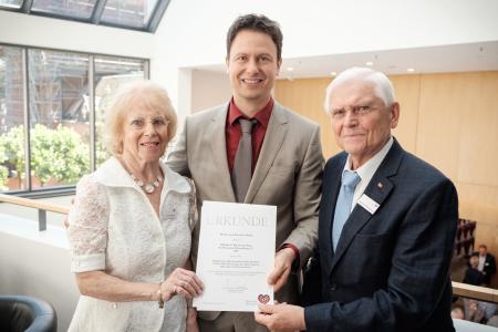 Preisträger PD Dr. Benjamin Meder mit dem Stifterehepaar Ursula und Wilhelm P. Winterstein nach der Preisvergabe / Foto: DHS/Andreas Malkmus