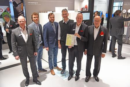 Im Rahmen der ISH wurde STIEBEL ELTRON das Passivhaus-Zertifikat für das Lüftungsheizgerät LWZ 604 air verliehen