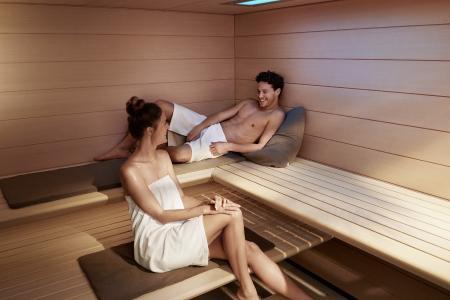 Regelmäßige Saunagänge beugen nicht nur den typischen Winterkrankheiten vor, sie wirken auch dem Winterblues entgegen. Bei schlechter Laune können Saunagänge die körpereigenen Glückshormone wieder in Schwung bringen.
