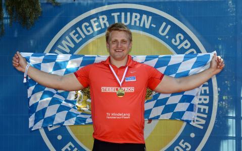 Mit der Bayernflagge im Eintrachtstadion: Tristan Schwandke erkämpfte sich mit 70,85 Metern zum zweiten Mal den deutschen Meistertitel im Hammerwerfen / Elmos Photo-Design