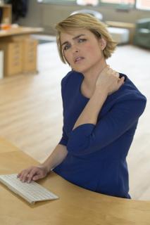 Patienten, die unter chronischen Rückenschmerzen leiden, haben meist schon viele Behandlungsmethoden ausprobiert - oft ohne den erhofften Erfolg. Viele bedenken nicht, dass auch die eigenen Denk- und Verhaltensmuster ein möglicher Therapieansatz sind /Bild: AGR