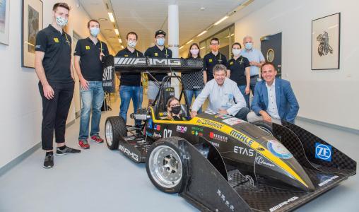 Die Geschäftsführer Uwe Spetzger und Markus Heming mit Mitgliedern des KA-RaceIng-Teams (Bildquelle: Markus Kümmerle)