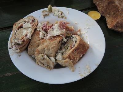 Mit Schinken, Käse und Oliven gefülltes, selbstgebackenes Brot.