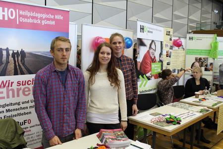 Frederic Klare ist mit der Heilpädagogischen Hilfe Osnabrück auf dem Praxismarkt vertreten. Miriam Huppertz (links) und Carolin Hackmann haben dort ihr Mentorenprogramm absolviert