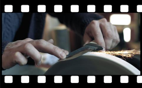 Der Film über den Messerschmied Janosch Vecernjes ist der erste einer Reihe von insgesamt 13 Kurzfilmen, in denen Handwerkerpersönlichkeiten vorgestellt werden – seien es Auszubildende, Existenzgründer oder etablierte Handwerksunternehmer