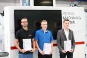 V.l.n.r.: Marian Honold (3. Platz, CHIRON), Lukas Weiß (1. Platz, MAPAL) und Paul Wanke (2. Platz, Fischer Elektronik) wurden zur Siegerehrung als die Besten des Wettbewerbs ausgezeichnet. (Foto: CHIRON)