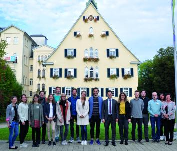 V.l.n.r.: Fr. Müller, Fr. Thiermeyer, Fr. Kerler, Fr. Maurer (hinten), Fr. Lipinski, Fr. Walt (hinten), Fr. Wacker, Hr. Becker, Fr. Blaschka, Hr. Pelz, Hr. Prof. Dr. Vasić, Fr. Szlak-Rubin, Hr. Feyel, Hr. Greiner, Hr. Bärsch-Klötzke, Fr. Merstadt und Fr. Prof. PMU Dr. Sammet