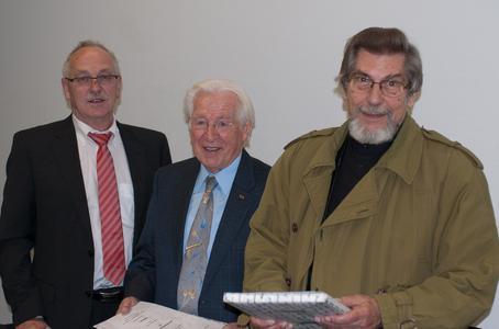 Der Vorsitzende des Freundeskreises, Engelbert Lehmacher, ehrt Prof. Niesel und Prof. Menzinger mit der Ehrenmitgliedschaft des Freundeskreises für ihre Verdienste um die Hochschule Osnabrück und den Freundeskreis (v.l.n.r.).