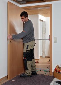 Hausbesitzer verzichten beim Einbau neuer Türen gern auf eine Baustellensituation mit Lärm und Schmutz. Das wird durch Komplettlösungen erleichtert. Mit rationeller Systemtechnik gehen die Arbeiten zügig voran, wobei Ärger und Geld gespart wird (Foto: Wüstenrot Bausparkasse AG)