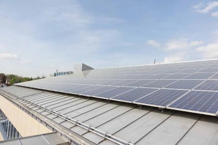 Solaranlagen zur Strom- und Warmwasserbereitung können - zusammen mit Speichersystemen - auch Gewerbeobjekte energetisch autark machen.